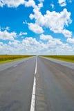 Раскройте дорогу под гениальным голубым африканским небом Стоковое Фото
