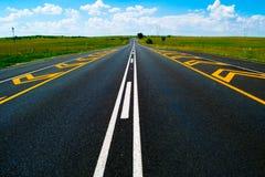Раскройте дорогу под гениальным голубым африканским небом Стоковые Фотографии RF