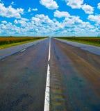 Раскройте дорогу под гениальным голубым африканским небом Стоковая Фотография RF