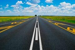 Раскройте дорогу под гениальным голубым африканским небом Стоковая Фотография