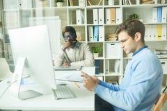 Раскройте офис плана обернутый вверх в работе Стоковое Изображение