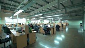 Раскройте офис с занятыми штатными сотрудниками видео 4K Стоковая Фотография RF
