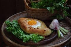Раскройте пирог при яичко представленное на листьях зеленого салата Стоковые Фотографии RF