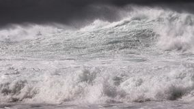 Раскройте прибой шторма зимы океана в черно-белом Стоковые Изображения RF