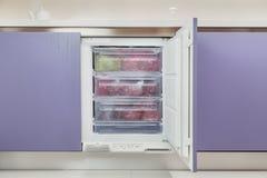 Раскройте продукты замораживателя кухни в комнате кухни, здоровой концепции образа жизни питания стоковое изображение