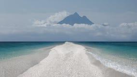 Раскройте пустой берег на идилличном солнечном дне Стоковая Фотография RF