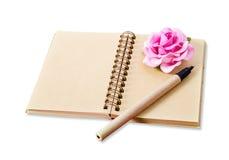 Раскройте пустой коричневый дневник с ручкой и розой пинка Стоковые Фото