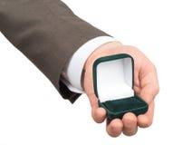 Раскройте пустую коробку кольца в руке businessmans Стоковые Изображения RF