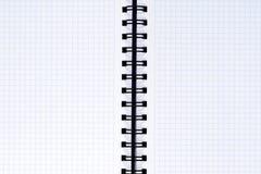 Раскройте пустую скрепленную спиралью тетрадь с приданной квадратную форму бумагой, концом вверх Стоковые Фото