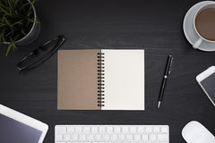 Раскройте пустую спираль тетради над черной таблицей стола Стоковые Изображения