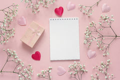 Раскройте пустую тетрадь с подарочной коробкой, малым белым цветком и сердцами Стоковая Фотография