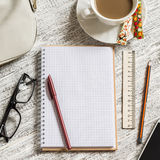 Раскройте пустые белые тетрадь, ручку, сумку женщин, правителя, карандаш и чашку кофе Стоковое Фото