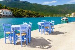 Раскройте ресторан кафа внешний в Греции на береге моря стоковые изображения rf