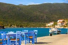 Раскройте ресторан кафа внешний в Греции на береге моря стоковые фотографии rf