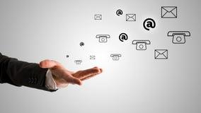 Раскройте руку бизнесмена с на, телефон и символы почты Стоковые Фото