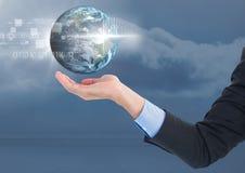 Раскройте руку дела ладони под интерфейсом глобуса земли мира Стоковое Фото