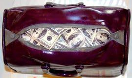 Раскройте сумку вполне банкнот доллара стоковое изображение