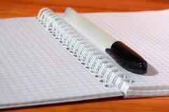 Раскройте тетрадь и пишите стоковые изображения rf
