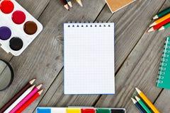 Раскройте тетрадь в поставках школы рамки различных Стоковое Фото