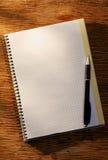 Раскройте тетрадь на ручке таблицы и шариковой авторучки Стоковое Изображение RF