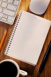 Раскройте тетрадь с кофе наряду с клавиатурой Стоковые Изображения RF