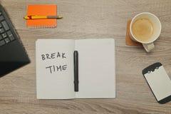 Раскройте тетрадь с ` ПЕРИОДА ОТДЫХА ` текста и чашку кофе на деревянной предпосылке Стоковое Изображение RF