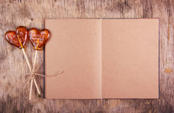 Раскройте тетрадь с пустыми страницами и леденцом на палочке 2 в форме сердца Стоковая Фотография RF