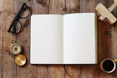Раскройте тетрадь с пустыми страницами на деревянном столе Стоковые Фотографии RF