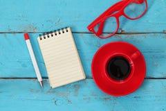 Раскройте тетрадь с пустыми страницами на деревянном столе Стоковые Изображения RF