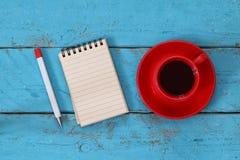 Раскройте тетрадь с пустыми страницами на деревянном столе Стоковая Фотография RF