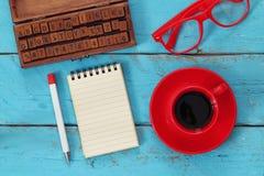 Раскройте тетрадь с пустыми страницами на деревянном столе Стоковые Фото