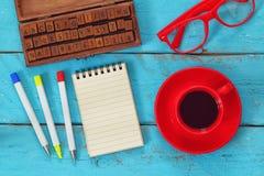 Раскройте тетрадь с пустыми страницами на деревянном столе Стоковое Фото