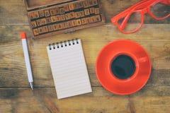 Раскройте тетрадь с пустыми страницами на деревянном столе Стоковые Изображения