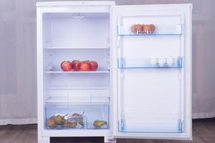 Раскройте холодильник, яичка, груши и яблока на полке холодильника Стоковое Фото