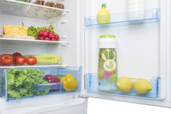 Раскройте холодильник вполне свежих фруктов и овощей Стоковое Фото