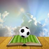 Раскройте хранят книгу с футболом, который Стоковое Изображение RF