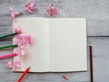 раскройте цветок дневника и карандаша розовый на деревянной предпосылке Стоковые Фото
