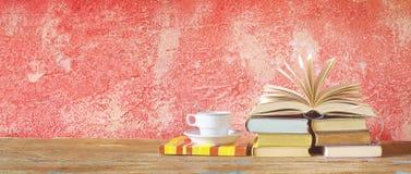 Раскройте чашку книги и чашки кофе Стоковые Изображения RF