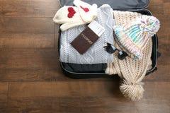 Раскройте чемодан с теплыми одеждами и документами Стоковое Изображение