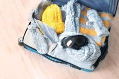 Раскройте чемодан с теплыми одеждами и изумлёнными взглядами лыжи Стоковая Фотография