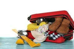 Раскройте чемодан с теплыми одеждами и обмундированием лыжи Стоковые Фото