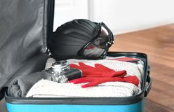 Раскройте чемодан с теплыми одеждами, камеру фото Стоковая Фотография RF