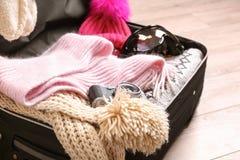 Раскройте чемодан с теплыми одеждами, камеру фото Стоковое фото RF