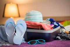 Раскройте чемодан на кровати Стоковая Фотография