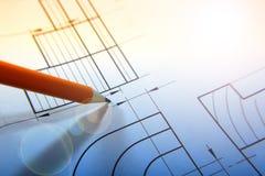 Раскройте чертежи с карандашем Проектировать и дизайн Строительные проекты запланирование тонизировано стоковое изображение rf