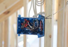 Раскройте электрическую распределительную коробку в пригородном доме под конструкцией стоковая фотография