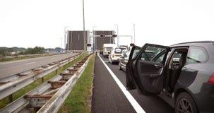 Раскройте drawbridge в Нидерландах при автомобили ждать в фронте акции видеоматериалы