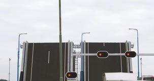 Раскройте drawbridge в Нидерландах при автомобили ждать в фронте видеоматериал