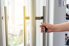 Раскрывать дверь и предпосылку Стоковое фото RF