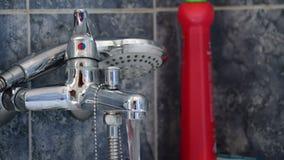 Раскрывать faucet ливня в ванне видеоматериал